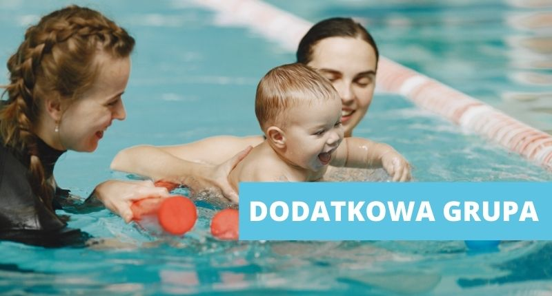 Dziecko, mama i instruktor pływania w basenie. Zajęcia dla niemowląt.